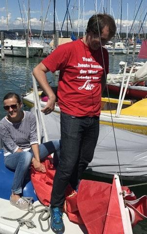 Lukas mit Segelweisheit auf dem T-Shirt